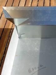 Vue de l'insertion de la patte de l'auvent dans le pli intérieur du toit
